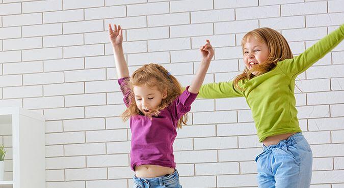 Hermanas jugando y divirtiéndose